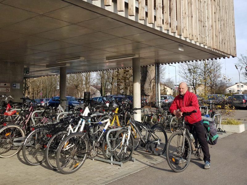 Unser Stadtrat Thomas Kreß vor dem 2017 eröffneten Fahrradparkhaus am Dachauer Bahnhof.